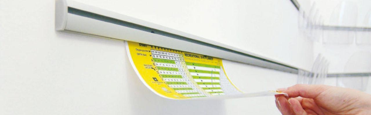 Opphengslist for oppheng av plakater og brosjyrelommer i akryl